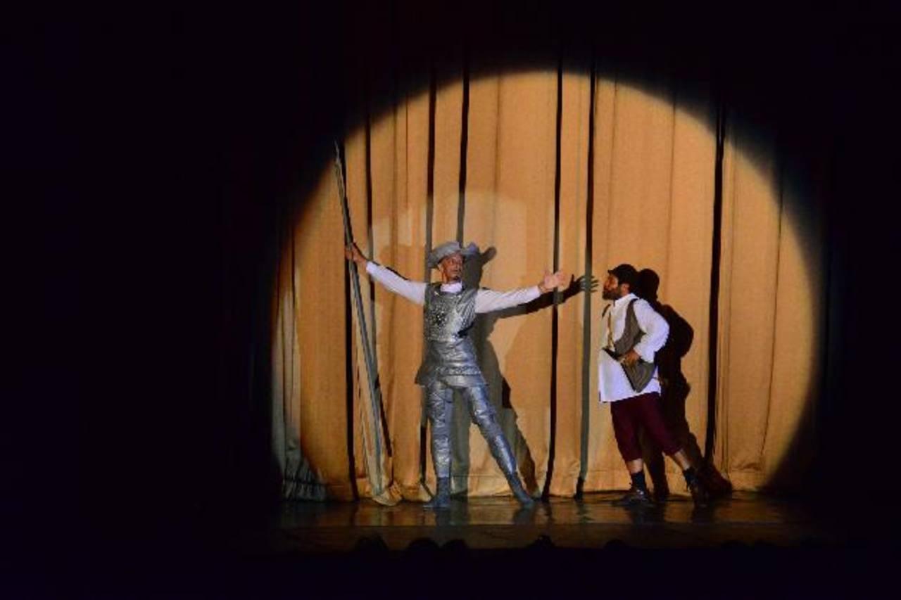 El talento de los protagonistas se pudo apreciar en la primera función. El maestro Rumen Ivanov Rashev (Don Quixote) junto a Mario Salazar (Sancho Panza). Fotos EDH / OMAR CARBONERO