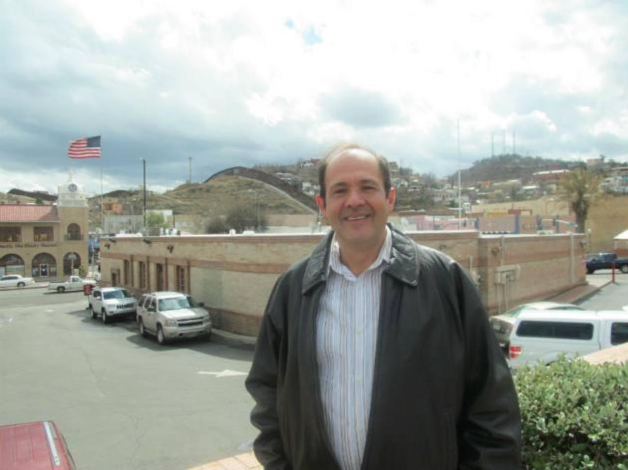 Nicolas Mahomar en Nogales, Arizona, a tras el muro fronterizo que la separa de Nogales, Sonora.