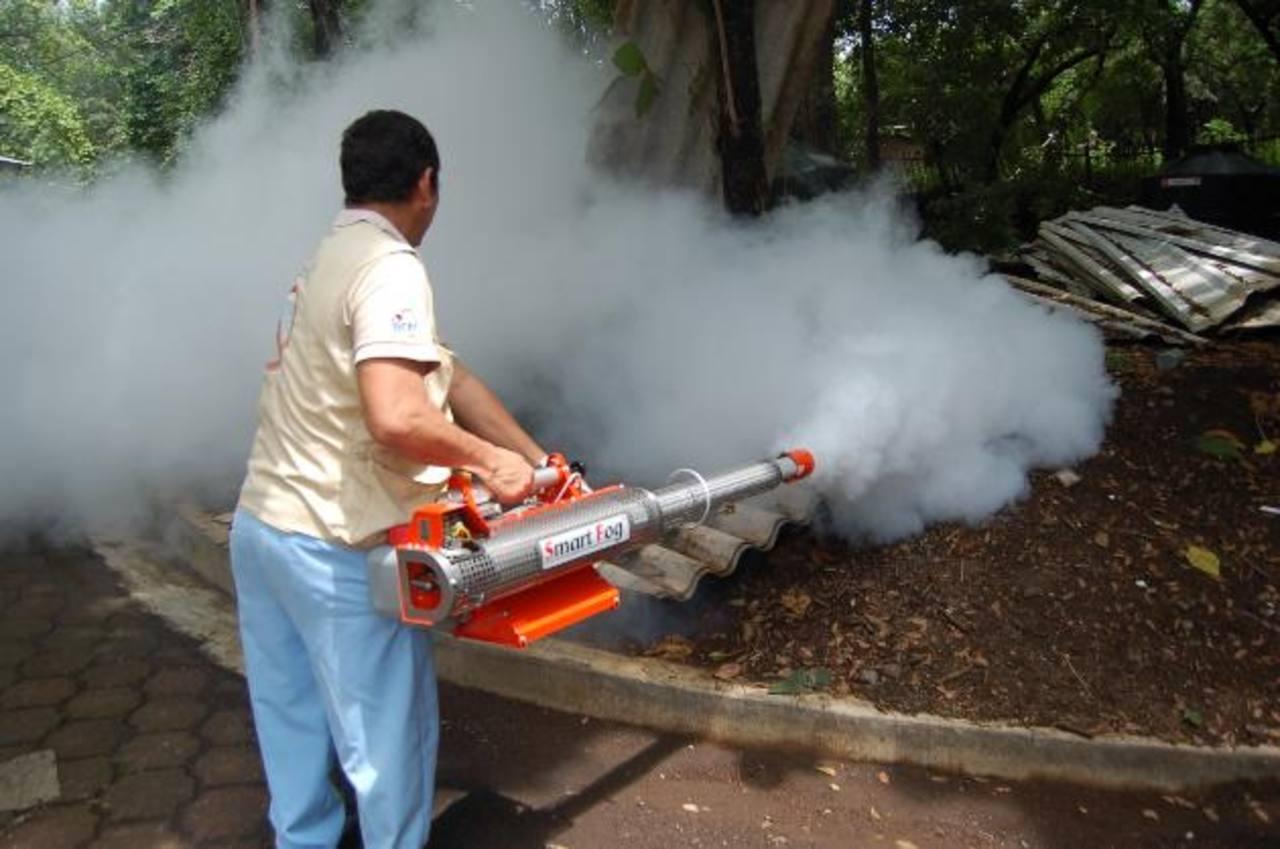 Fumigaciones, entrega de abates y limpieza son parte de los esfuerzos contra el dengue.