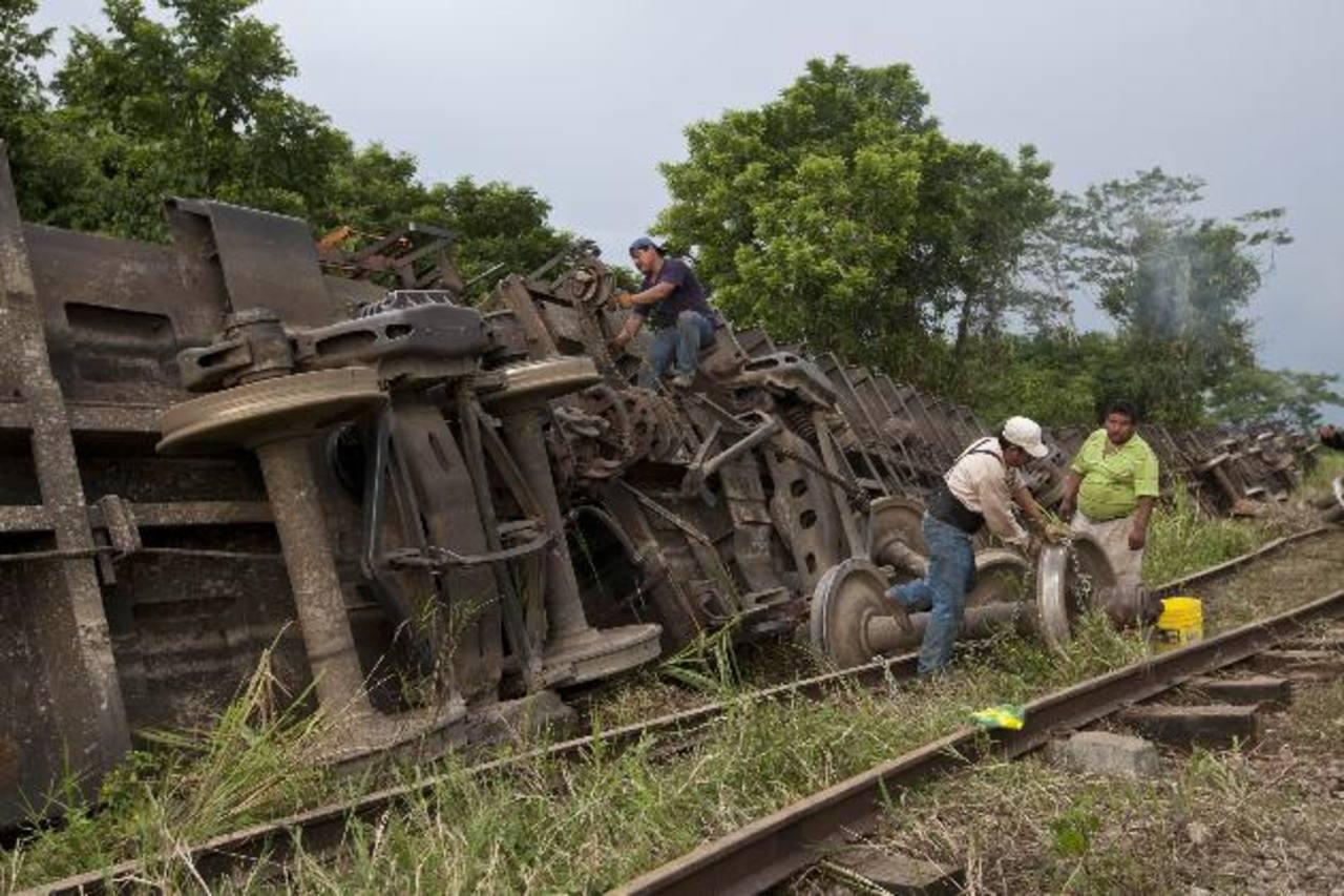 Este tren de carga conocido como La Bestia es utilizado por los indocumentados para llegar a Estados Unidos, quienes en todo su trayecto van sobre el techo de sus vagones. Foto EDH / ap