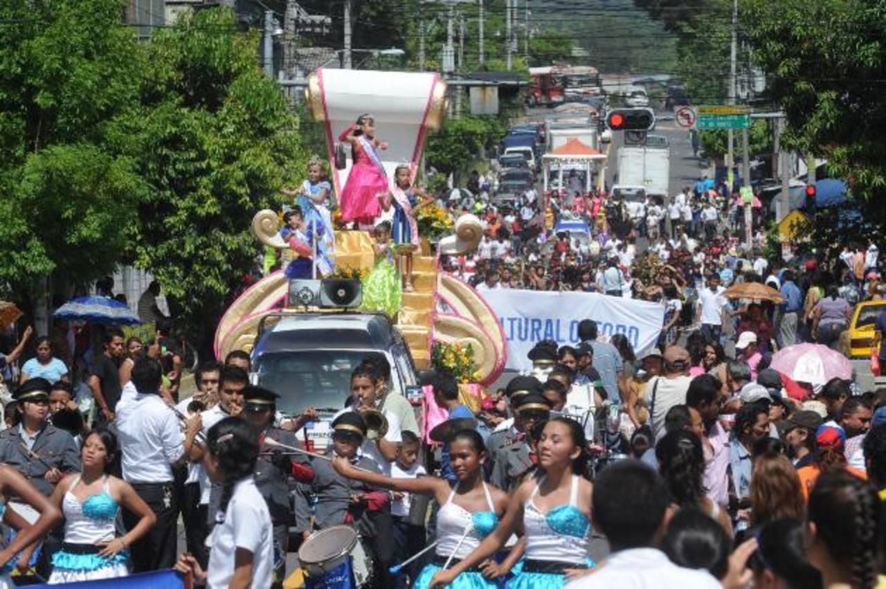 Los desfiles fueron característicos en las celebraciones de Mejicanos. El desfile de Correo le dio la bienvenida a las fiestas patronales del municipio. Foto EDH / ARCHIVO