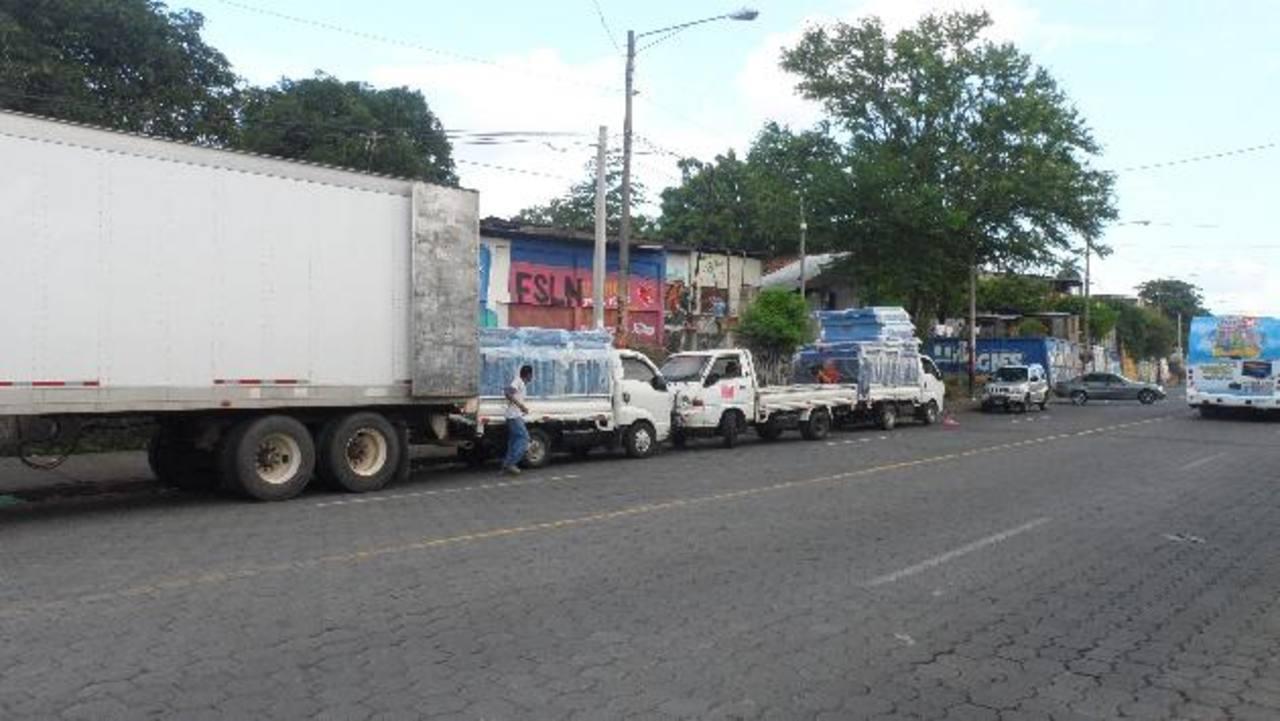 Furgón con placas salvadoreñas descarga camas de resortes en una calle de Managua a otros distribuidores. foto edh / i. Olivares