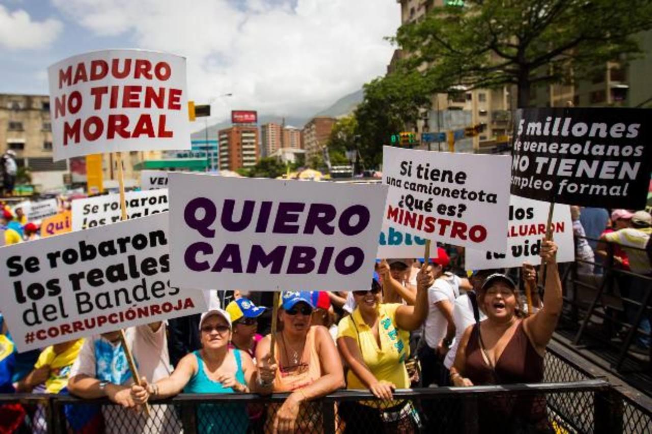 Decenas de venezolanos se manifestaron ayer en apoyo al líder de la oposición, Henrique Capriles, en una avenida de Caracas. foto edh /EFE