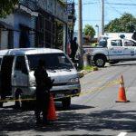 Pocos metros habían escapado este microbús cuando fueron interceptados por la Policía. Foto EDH / Jaime Anaya.