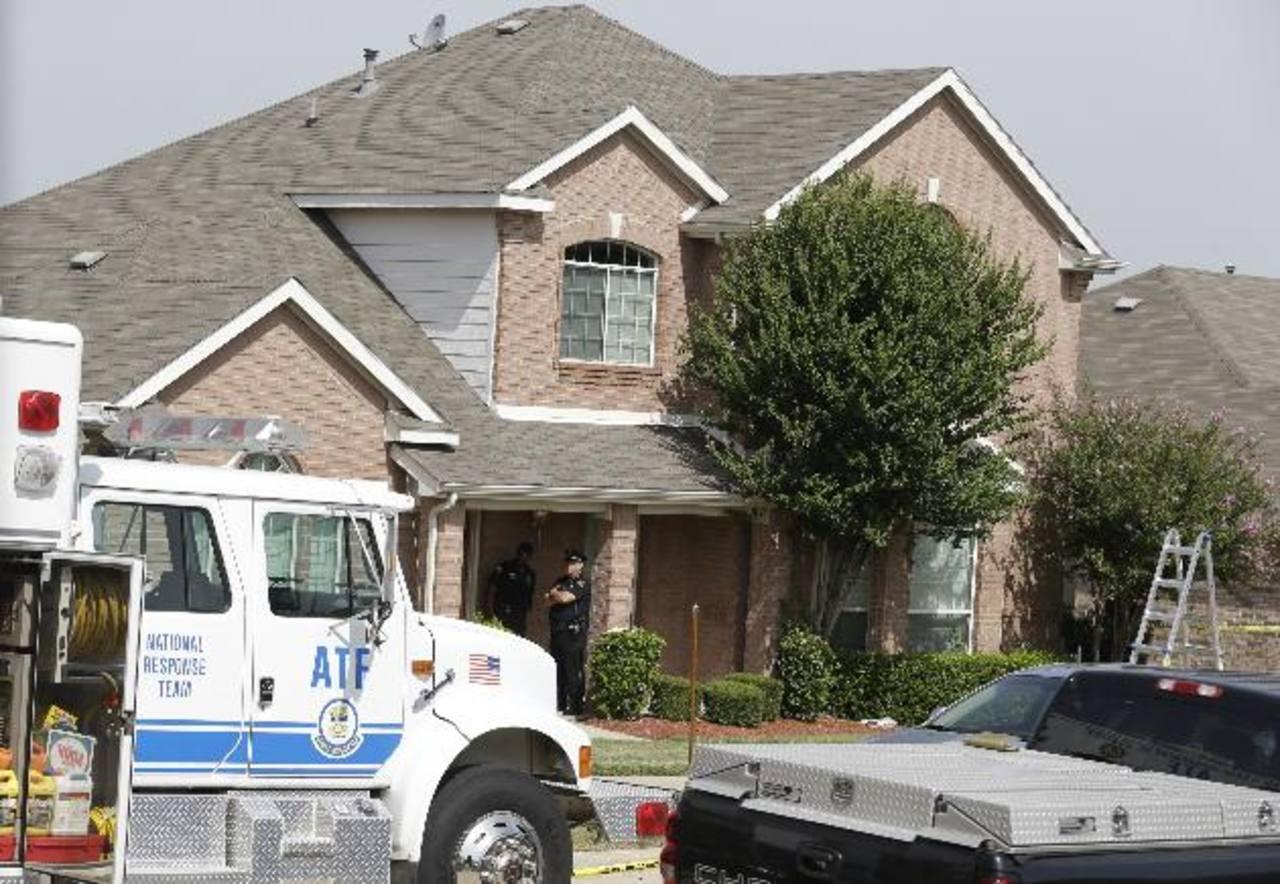 Investigadores policiales trabajaban ayer en la mañana en la recopilación de evidencia en una de las casas donde murieron dos de las víctimas de uno de los tiroteos al suroeste de Dallas. foto edh /ap