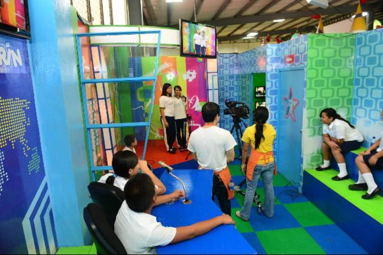 """En """"la tele"""" los niños se divirtieron jugando a ser presentadores y aprendieron cómo funciona la televisión. fotos EDH / rené estrada"""