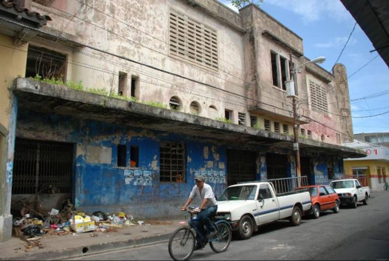 El edificio forma parte del Centro Histórico de la ciudad, pero está en completo abandono y es usado por indigentes como resguardo, baño público y basurero. Foto EDH / Lucinda Quintanilla