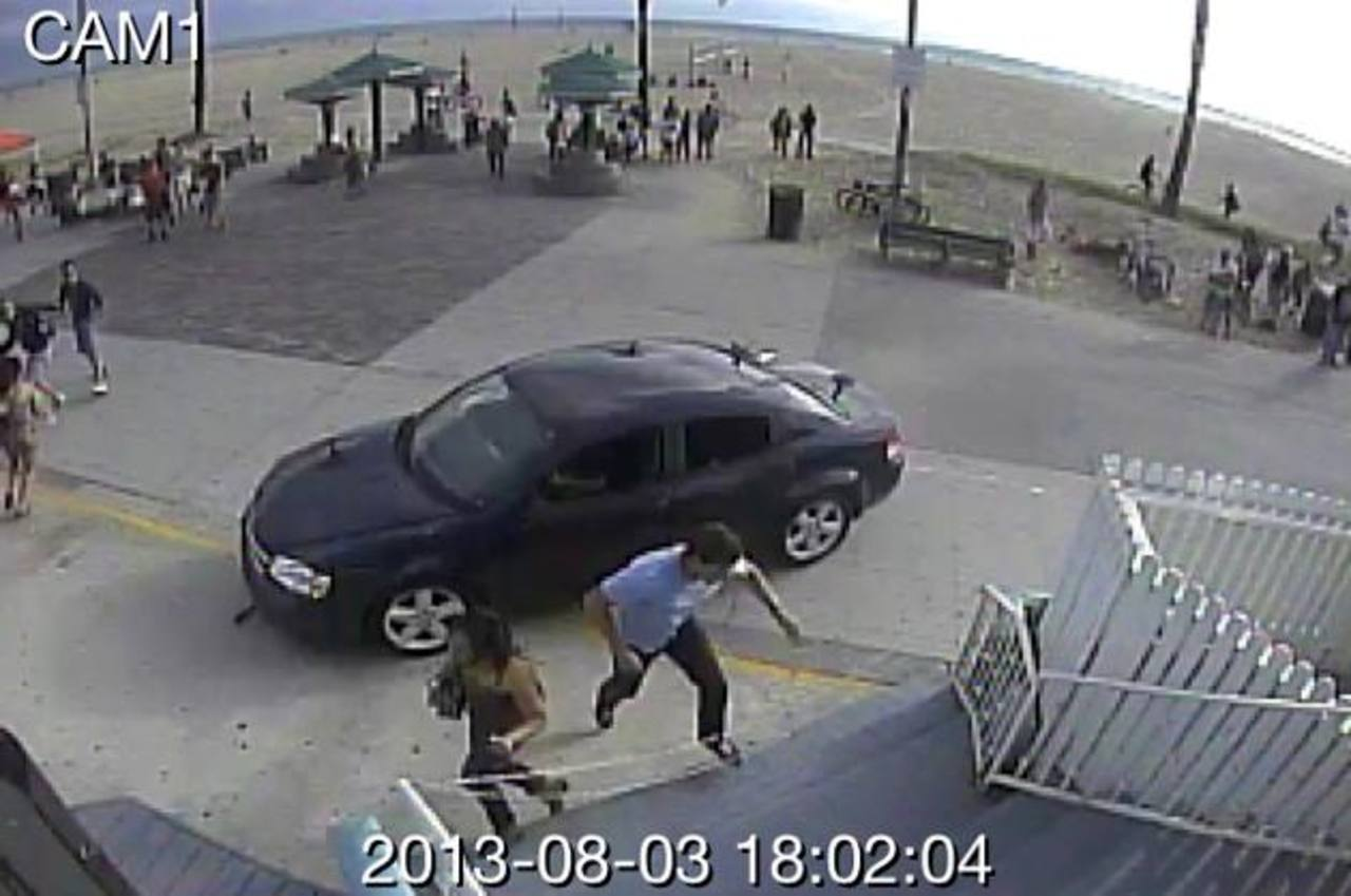 Imágenes captadas por una cámara de seguridad del momento en el que el automóvil se abalanza sobre la multitud que estaba en la vía peatonal de Venice en Los Ángeles. foto edh / ap