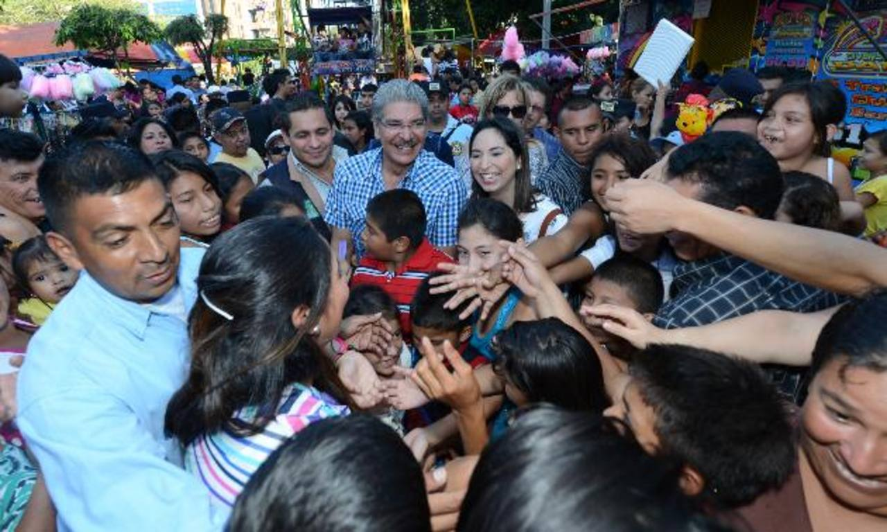 Norman Quijano visitó ayer el campo de la feria agostina, donde hubo ruedas mecánicas gratis para los niños desde la 1:00 hasta las 4:00 de la tarde. foto edh / Mauricio cáceres