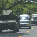 """Uno de los """"Humvee"""" desplegados ayer para proteger al ministro de Defensa, David Munguía Payés. Foto EDH / Mario Amaya"""