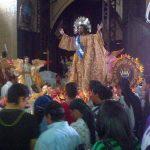 La imagen del Divino Salvador del Mundo fue venerada a la entrada de la Basílica Sagrado Corazón. Foto vía Twitter Ángela Castro