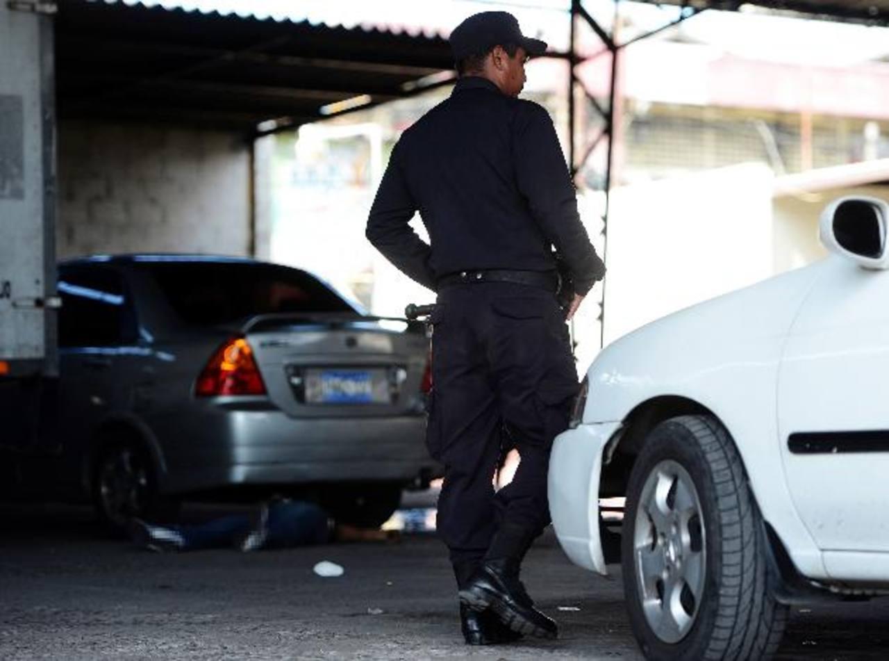 En el parqueo en el que fue atacado el supuesto comerciante había una docena de casquillos de bala. Foto EDH / Jaime Anaya