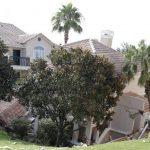 Cerca de un 30% del inmueble de tres niveles se hundió . Foto/ AP