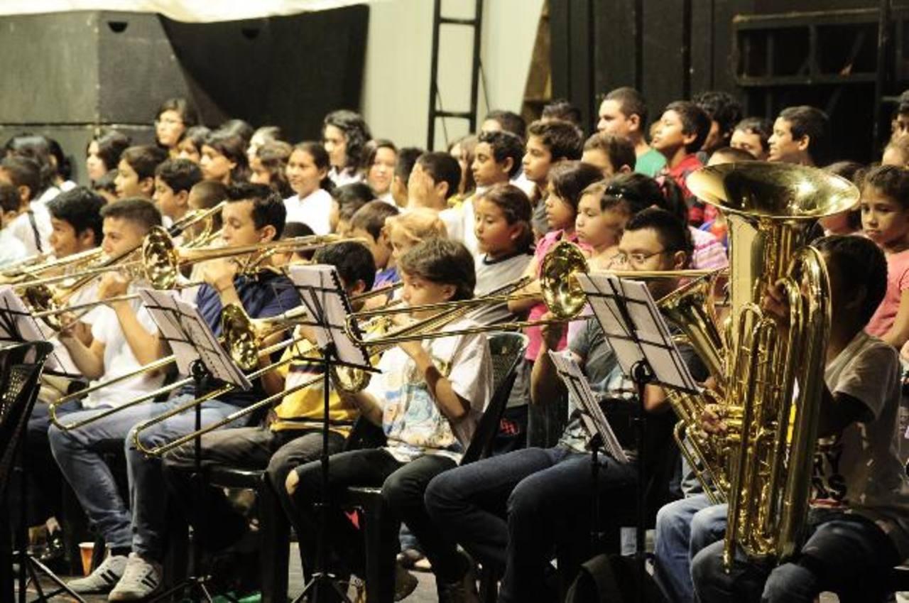 Los niños y niñas que conforman la orquesta durante el ensayo de ayer. foto EDH / Jorge Reyes