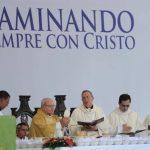 El purpurado cubano presidió la misa de clausura del V Congreso Eucarístico, ayer en El Cafetalón, junto al cardenal Óscar Rodríguez Maradiaga, de Honduras (centro). foto edh / mauricio caceres