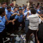 Los ancianos cotizantes realizaron sendas marchas para exigir sus pensiones y la policía forcejó con ellos. foto edh /Internet