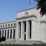 Un alza en las tasas de interés impactará a cualquiera que tenga una hipoteca, un préstamo automotriz, una cuenta de ahorros o dinero en el mercado de valores.