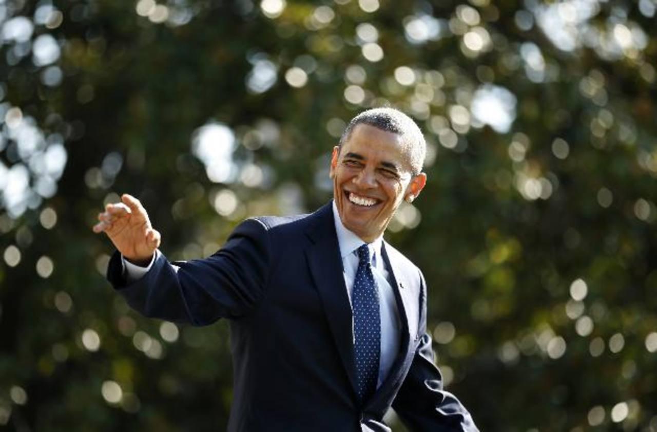 El presidente Barack Obama saluda antes de partir de la Casa Blanca rumbo a Kansas City, donde visitó una planta de Ford.