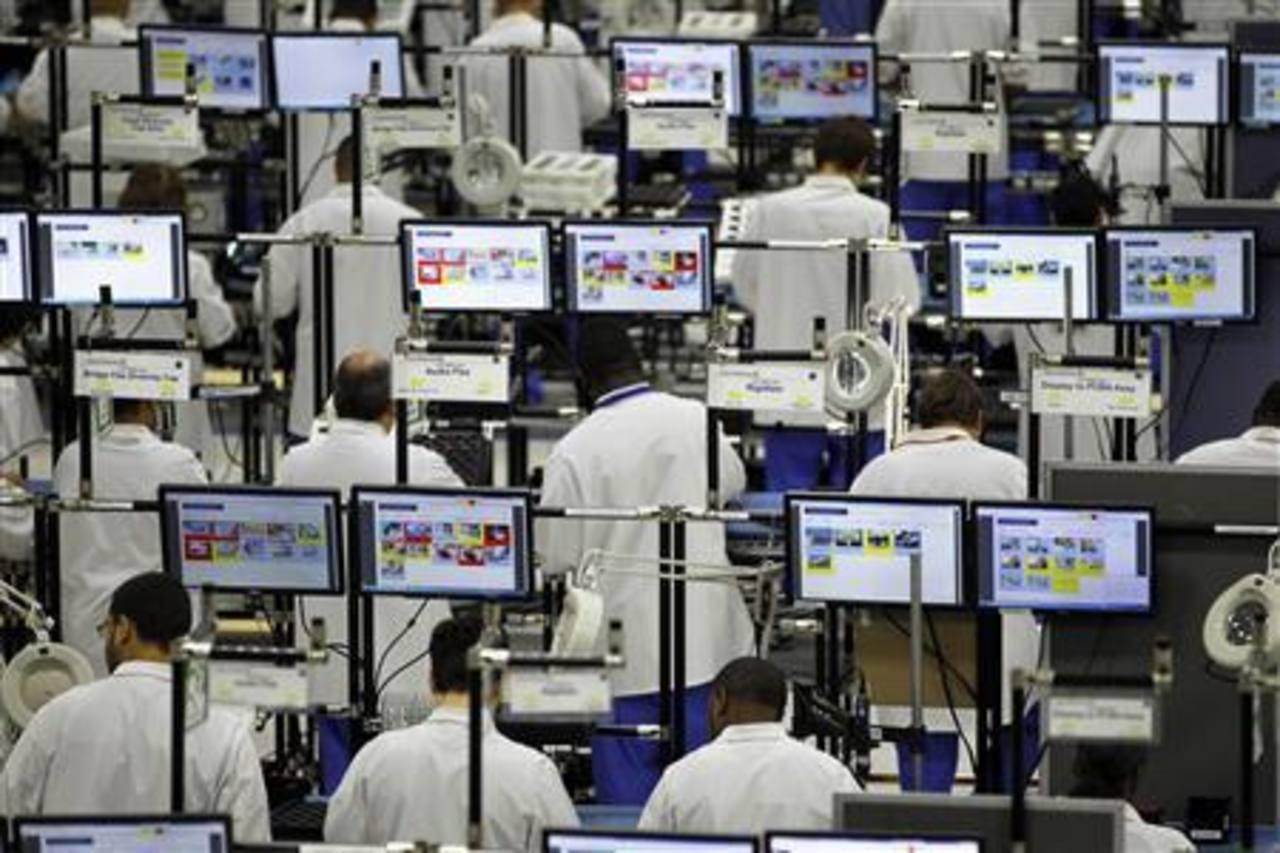 Sector manufacturero recupera algo de impulso