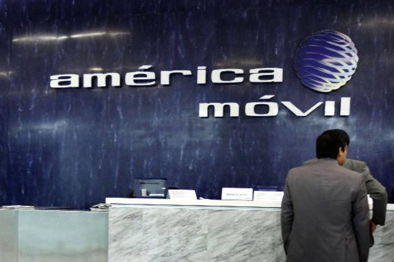 América Móvil tenía casi un 30% del grupo holandés KPN hasta que una fundación ejecutó una opción para darse alrededor de un 50% de las acciones ordinarias de KPN, diluyendo la participación de América Móvil.