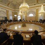 Asistentes a la reunión del G-20 participan en la segunda sesión de trabajo, en el Palacio Constantine, en Strelna, cerca de San Petersburgo, este viernes 6 de septiembre.