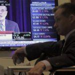 Un corredor de bolsa mira la conferencia del presidente de la Reserva Federal, Ben Bernanke, en el corro de Wall Street. Bernanke anunció que la Fed continuará con su programa de compra de $85,000 millones en bonos mensuales.