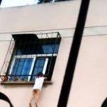 Video: Rescatan a niña atrapada en balcón de sexto piso
