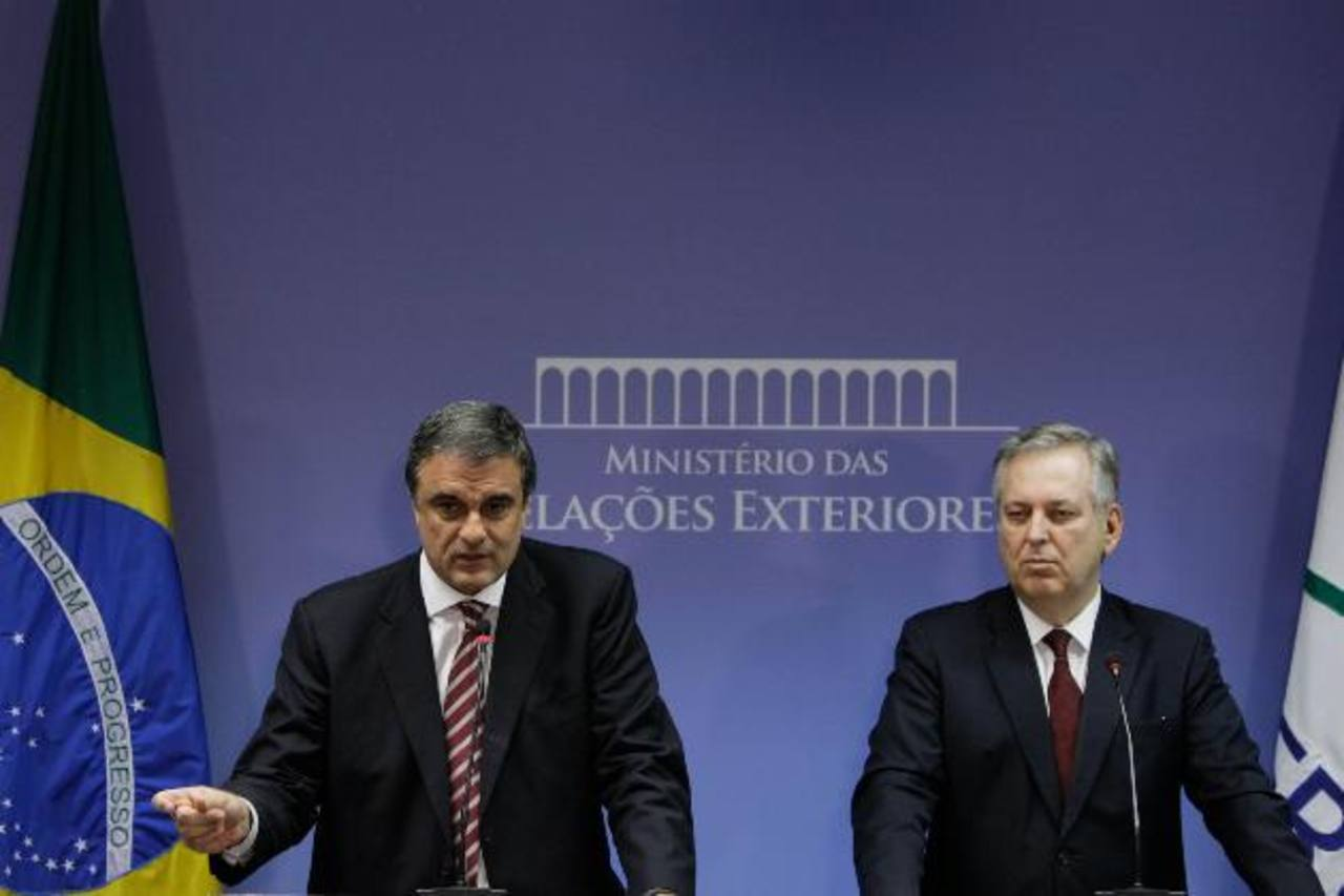 El canciller brasileño, Luiz Alberto Figueiredo (i), y el ministro de Justicia, Jose Eduardo Cardoso (d) hablan sobre nuevas denuncias de que EE. UU. espió a la presidenta brasileña, Dilma Rousseff.