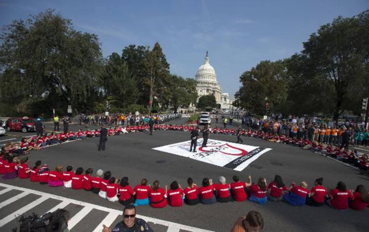 Las mujeres protestaban sentadas en una vía principal cercana al Congreso. foto edh /AP