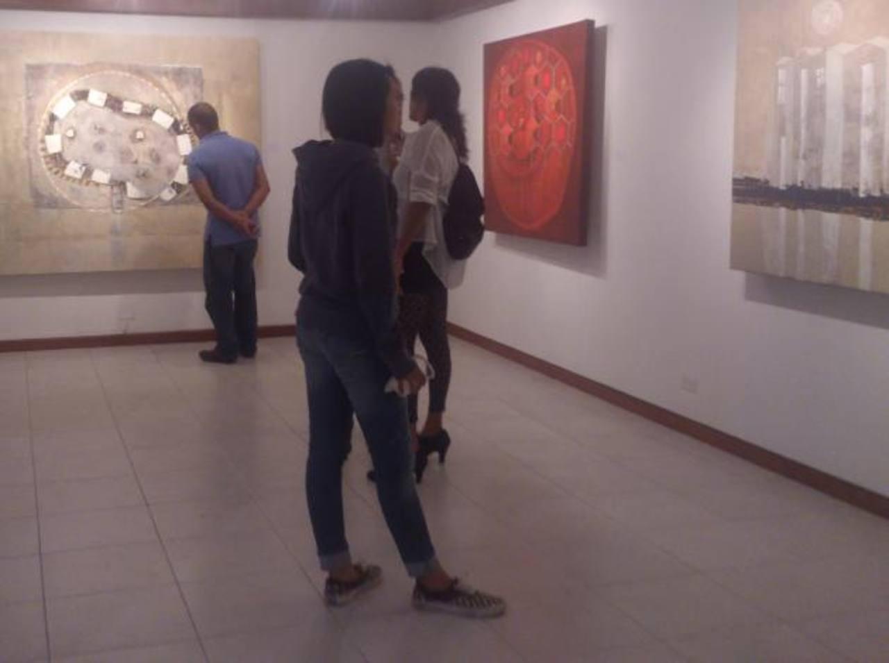 Los cuadros de Tomás Carranza fueron trabajados con técnica mixta. Este artista ha tenido varias exposiciones y galardones.El artista mezcla elementos figurativos y abstractos en todas sus obras. Algunos de sus cuadros expuestos en la galería son la