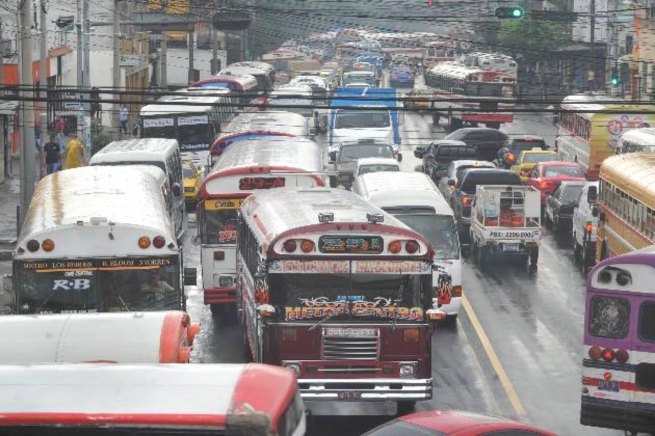 La alameda Juan Pablo II es una de las arterias con mayor flujo vehicular, sobre todo en horas pico. Foto EDH / ericka Chávez