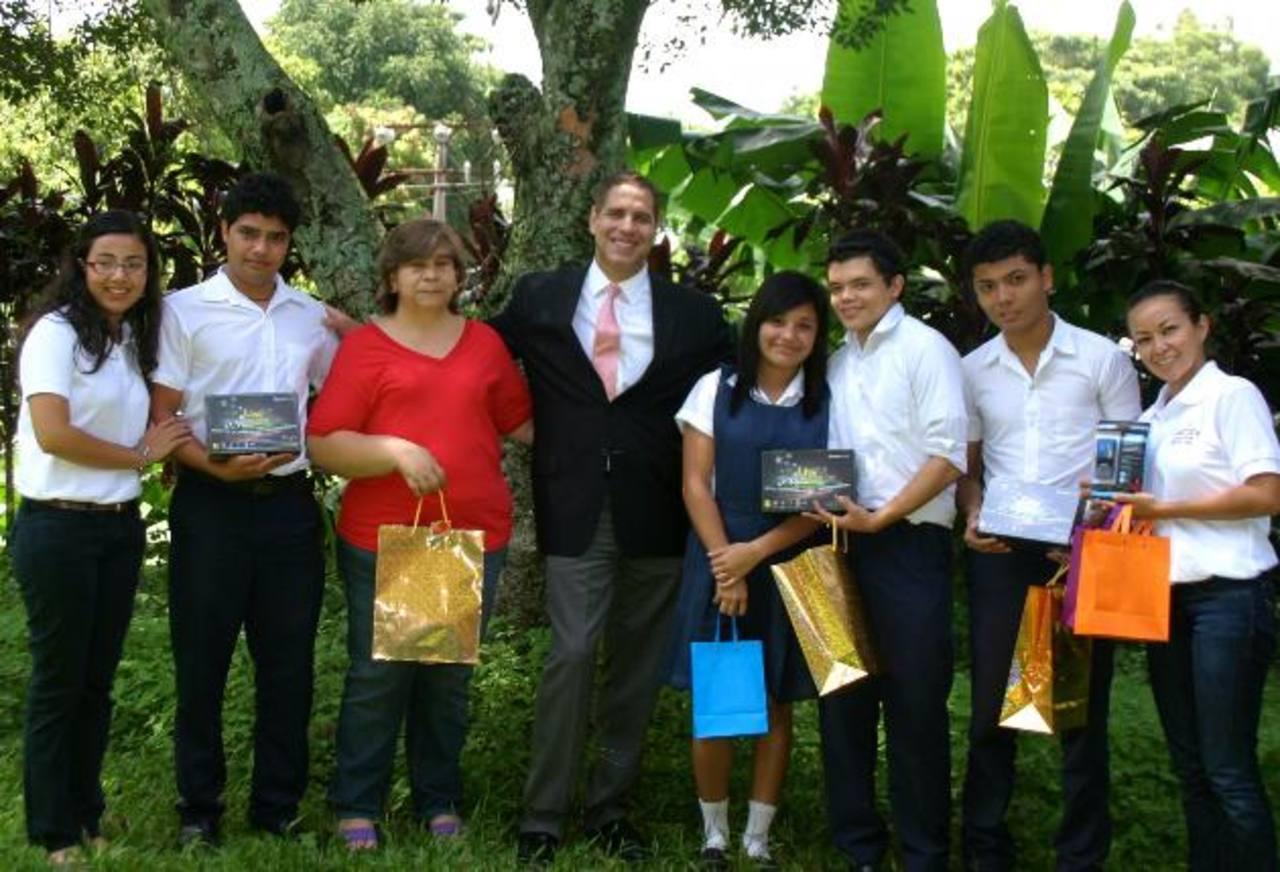Ganadores del primero y segundo lugar en la categoría de bachillerato, junto a Fabricio Altamirano, Director Ejecutivo del Grupo Editorial Altamirano. Foto EDH