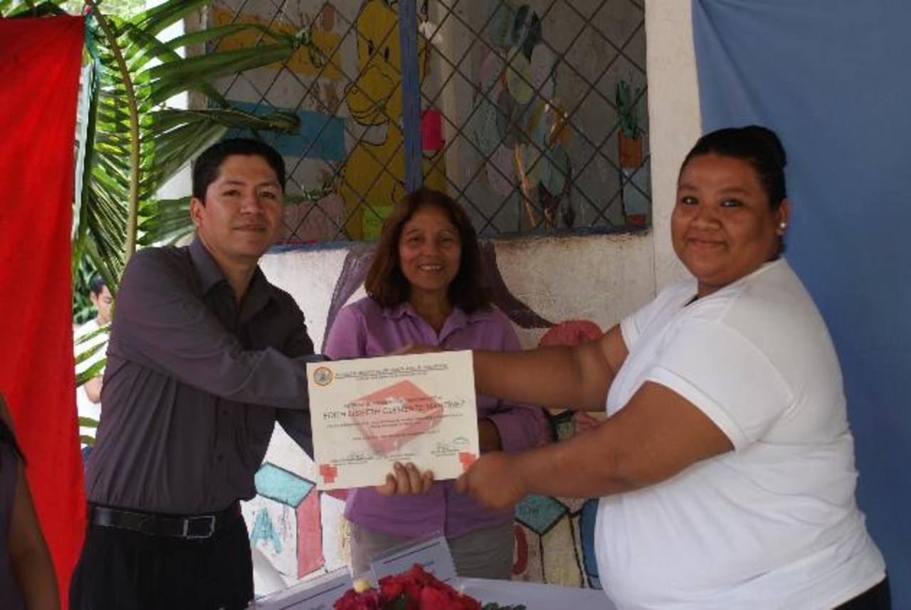 El primer taller de primeros auxilios tuvo buena respuesta por parte de los habitantes del caserío. Foto EDH / Milton Jaco