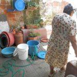 Los recipientes para guardar agua no alcanzan a ser llenados las horas que reciben el servicio. Foto EDH / mauricio guevara