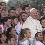 Papa Francisco posa para una foto después de una reunión con los jóvenes en el centro de Cagliari, Italia. Foto/ AP