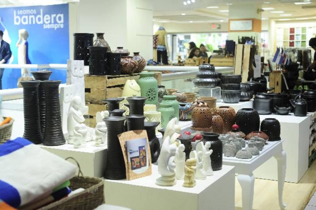 Las artesanías salvadoreñas se venden en el departamento de accesorios y hogar. Fotos EDH/ Jorge reyes