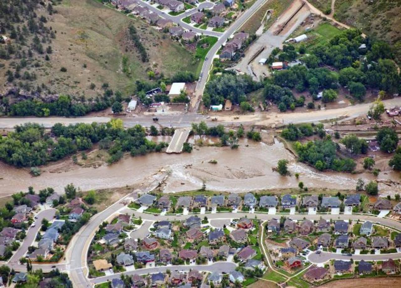 Los habitantes de Lyons en Colorado quedaron incomunicados debido a que las lluvias destruyeron la calle. foto edh / AP