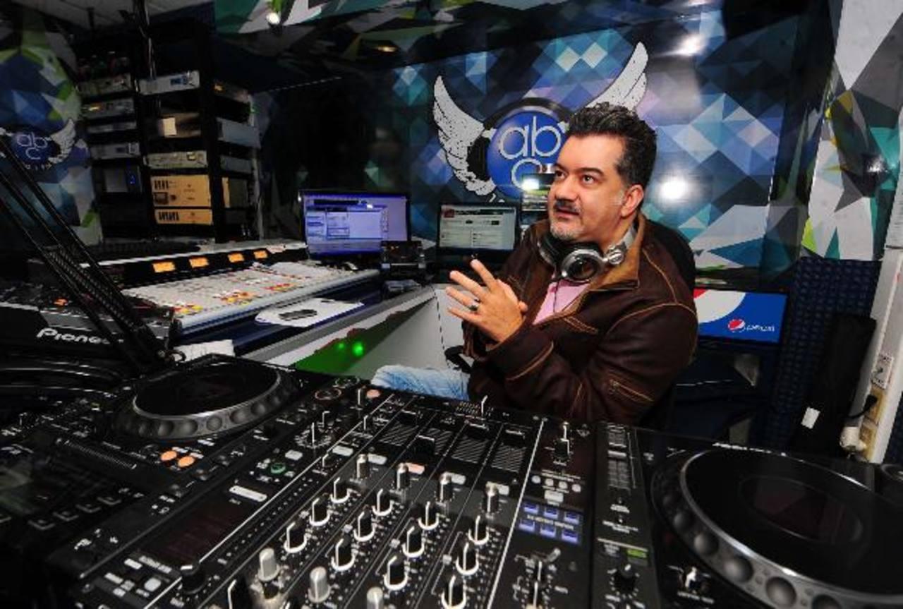 Henry Chacón, director de Radio ABC y mejor conocido como DJ Oz, dentro de la cabina de la emisora. foto EDH / huber rosales