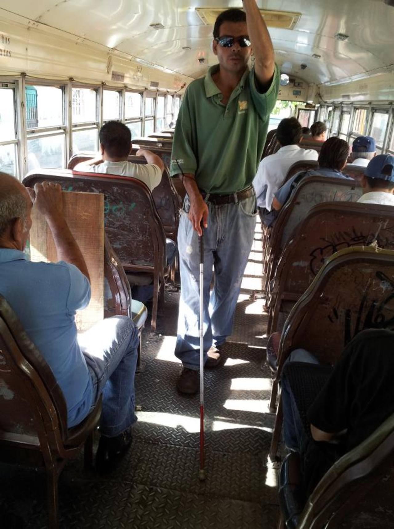 Héctor Galdámez se arriesga al ofrecer sus servicio de masajes en los buses a un costo de $3.00. foto edh / milton jaco