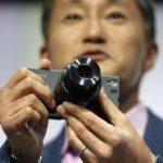 El presidente y consejero delegado de Sony Corp. Kazuo Hirai presenta el nuevo teléfono inteligente Xperia Z1. Foto/ Reuters