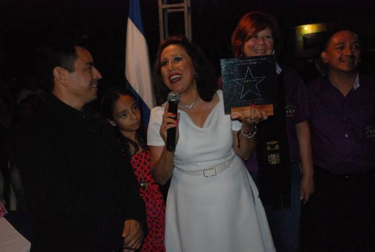 Norma Roque, exitosa periodista santaneca que labora en KMEX-Canal 34 de Univisión, fue reconocida por su aporte a la comunidad salvadoreña en Estados Unidos. Foto EDH / Iris Lima