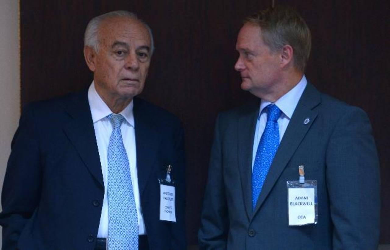 Antonio Cabrales, de la Fundación Humanitaria, y Adam Blackwell, de la OEA, conversan sobre pacificación. Foto EDH / Mario Amaya.