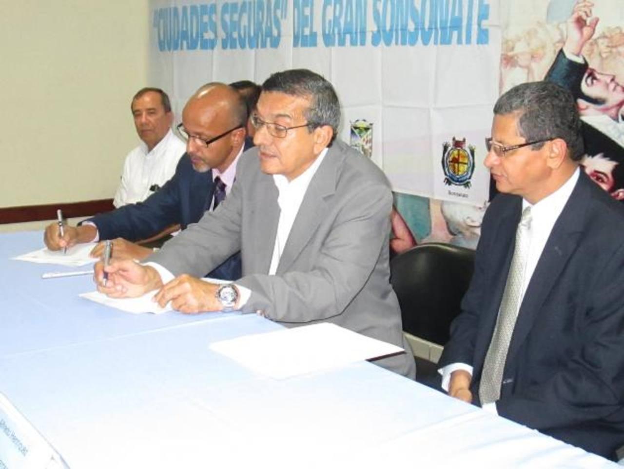 La firma del convenio se realizó en la alcaldía de Sonsonate. Estuvieron presentes representantes de entidades relacionadas con la prevención de la violencia. Foto EDH / CORTESÍA