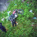 Una de las víctimas fue asesinada y lanzada a un puente con todo y su moto en Sensuntepeque, Cabañas. FOTO EDH Jaime Anaya.