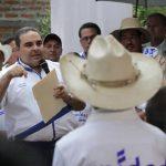 Habitantes del cantón Bonete, de Nejapa, recibieron ayer al aspirante presidencial de Unidad. foto eDh /cortesía