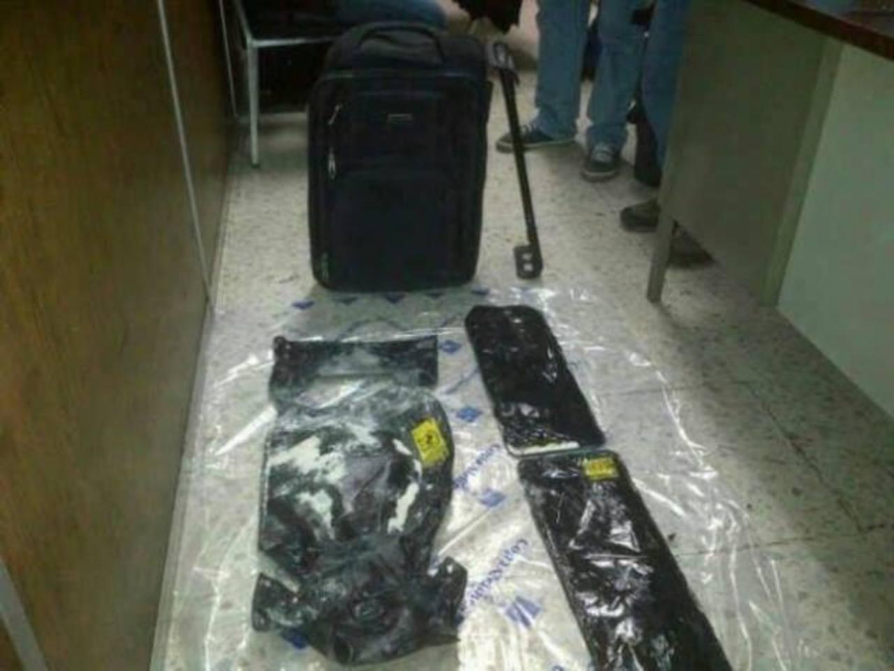 Los detenidos llevaban la droga oculta en parte de su equipaje. Foto / Cortesía FGR