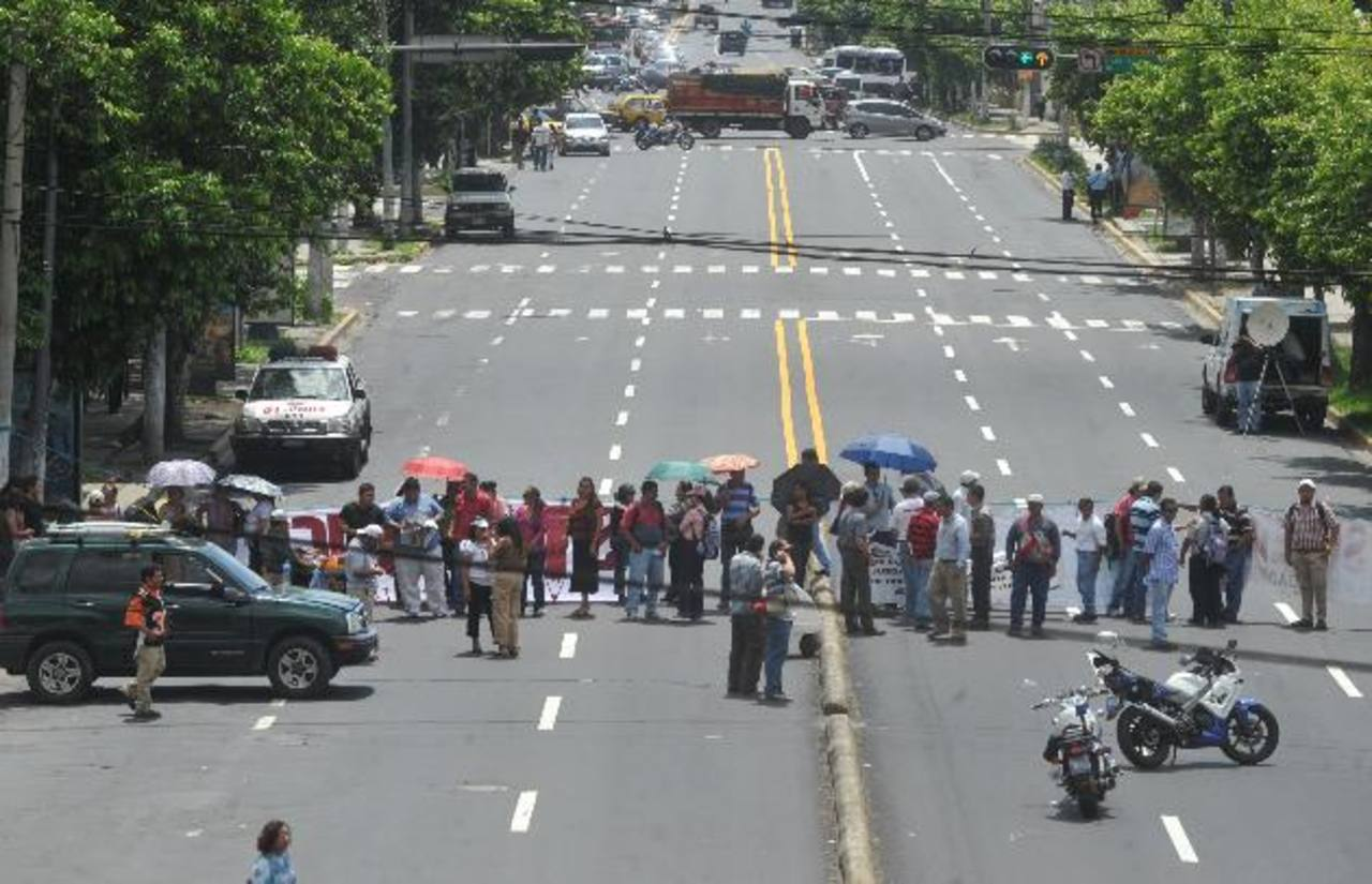 Docentes agremiados al Simeduco protestaron la semana anterior sobre la Avenida Juan Pablo II. Foto EDH / archivo