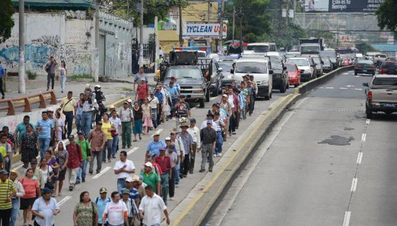 Los veteranos de guerra bloquearon la Alameda Roosevelt antes de llegar al Parlamento. Fotos EDH / Mauricio Cáceres