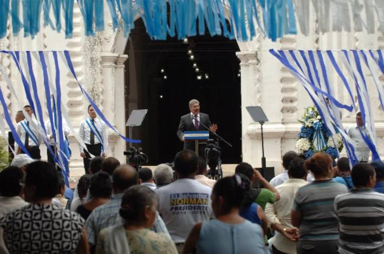 Candidato Norman Quijano, (al centro) se dirige a simpatizantes de ARENA, en San Vicente. foto edh / leonardo gonzález