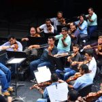 El director mexicano Ramón Shade dirige el ensayo de la orquesta. Fotos EDH/ Omar Carbonero